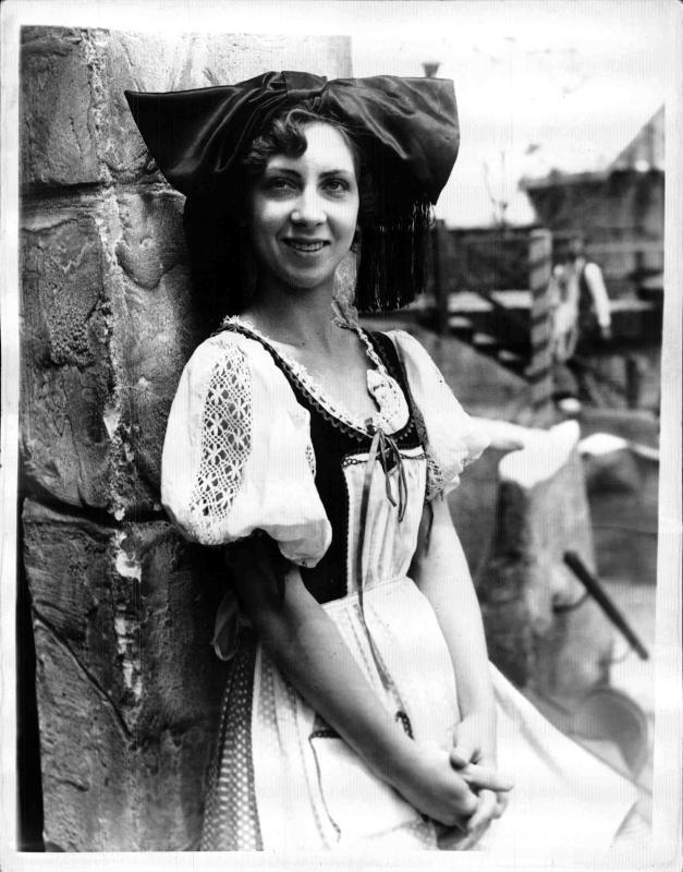 Deutsche Frau in Tracht in Chicago, auf dem Kopf trägt sie eine große Masche von New York Times Photo