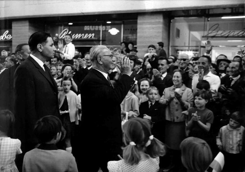 Franz Jonas bei einer Eröffnung, wird von der Menge bejubelt