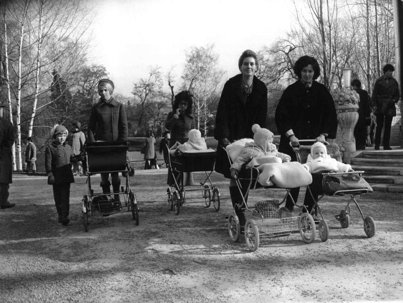 Frühling in Wien, Mütter mit Kindern und Kinderwagen fahren durch den Stadtpark