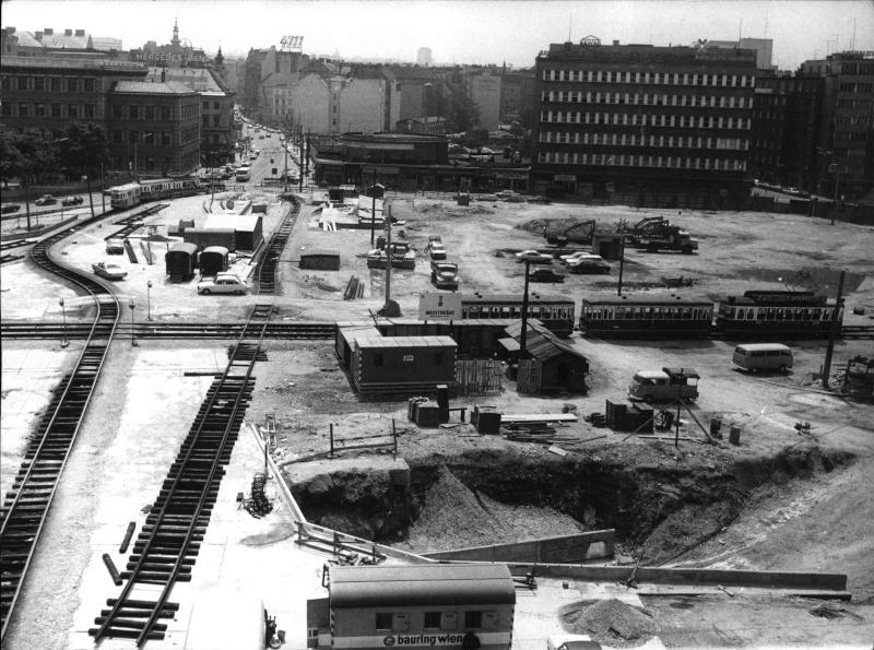 Blick auf die Baustelle am Karlsplatz, provisorische Straßenbahngleise, Baugruben, Baucontainer, Blick Richtung Wiedner Hauptstraße