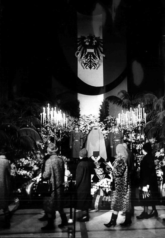 Aufbahrung von Bundespräsident Schärf im Parlament von Kern, Fritz
