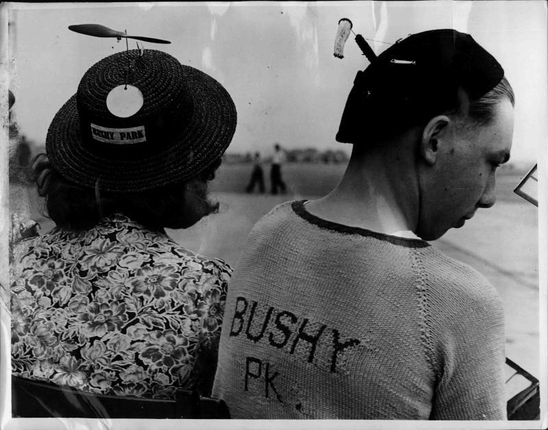 Zwei Besucher der Flugzeug Rally in Heartfordshire von Hinten, ein Mann und eine Frau, sie haben beite lustige Hüte auf, mit Propeller und Luftkanal von New York Times Photo