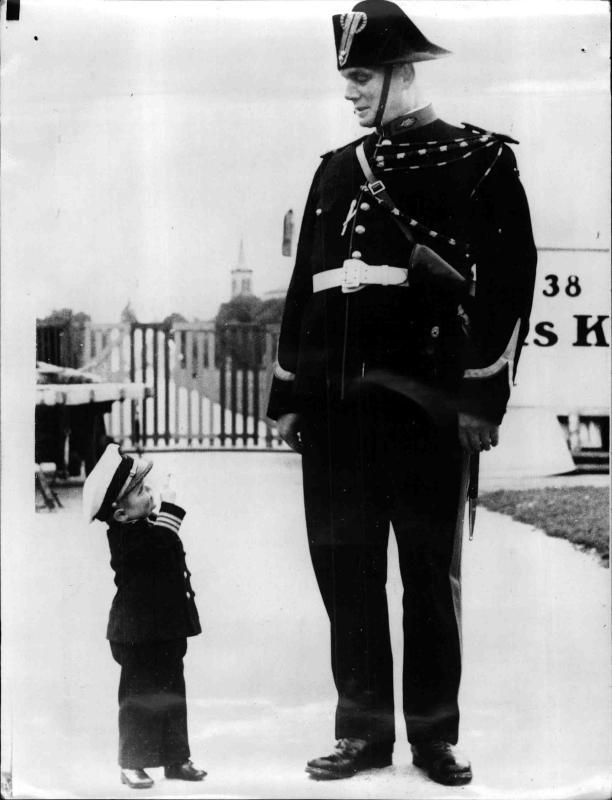 Der kleinste Mann der Welt steht neben einem Polizisten von New York Times Photo