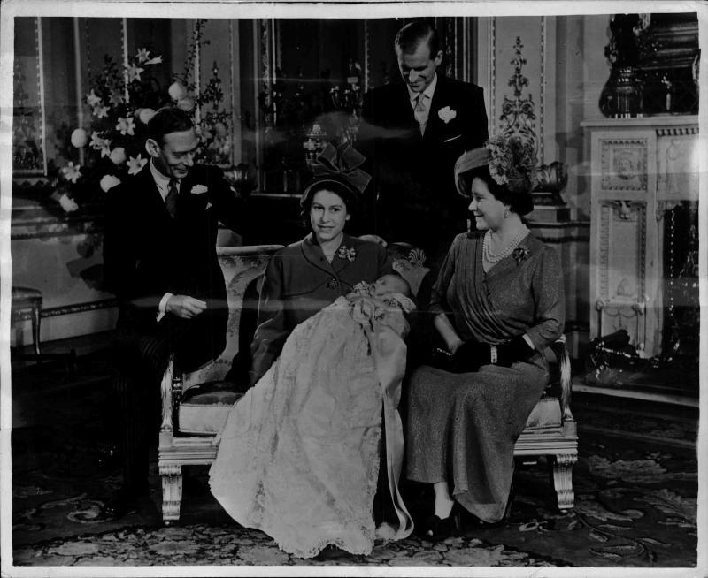 Familienfoto, Prinzessin Elisabeth mit Prinz Charles am Schoß, neben ihr sitzt Königin Elisabeth und König Georg VI., hinter ihr steht ihr Mann der Duke of Edinburgh von New York Times Photo