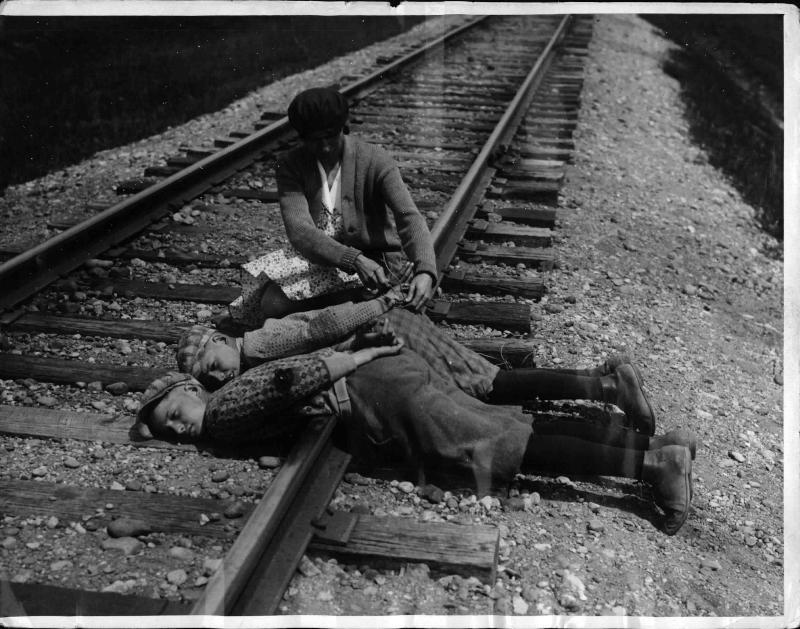Zwei Kinder haben sich aus 'Scherz' an Zug-Schinen gefesselt, die Mutter befreit die Beiden von New York Times Photo