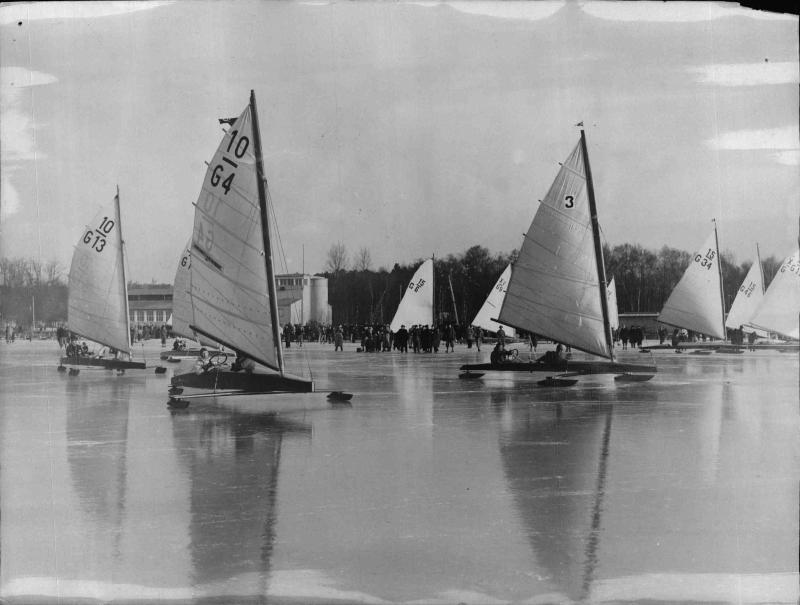 Eissegeln, zahlreiche Boote auf einem zugefrorenen See von New York Times Photo