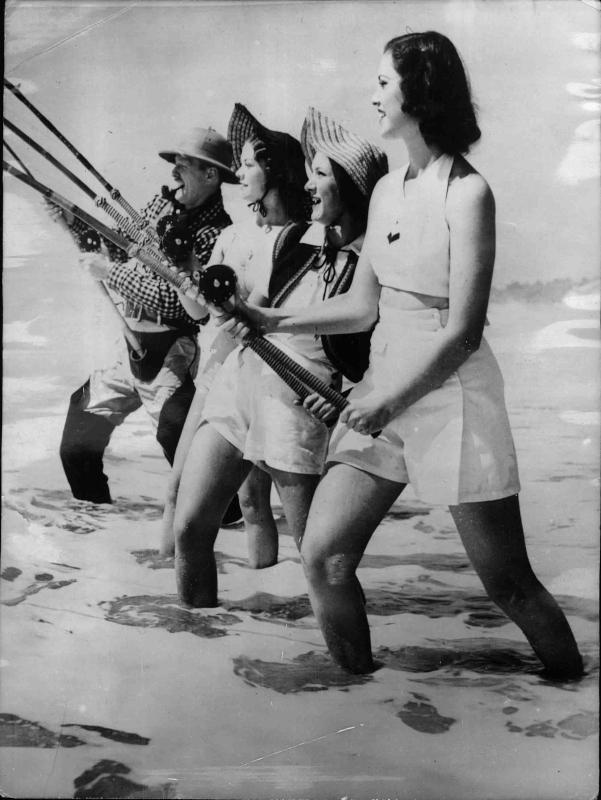 Ein Mann und drei Frauen stehen nebeneinander im Wasser und angeln von New York Times Photo