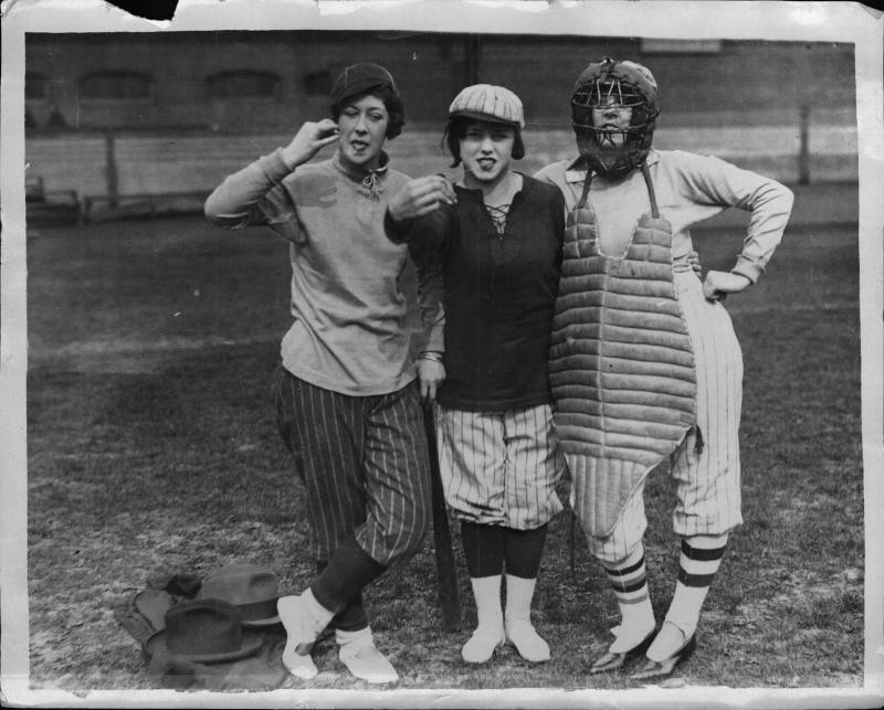 Englische Mädchen in Baseball-Montur, zwei ziehen einen Kaugummi aus dem Mund von New York Times Photo
