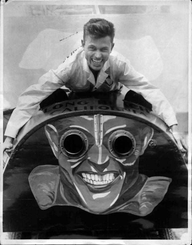 Dick Loynes, ein Motorboot-Fahrer präsentiert sein mit einem Gesicht bemahlten Boot von New York Times Photo