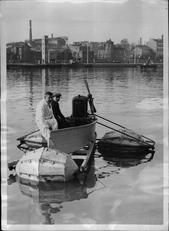 Ein Boot auf einer Leiter im Wasser mit Schwimmern und einem Propeller von New York Times Photo