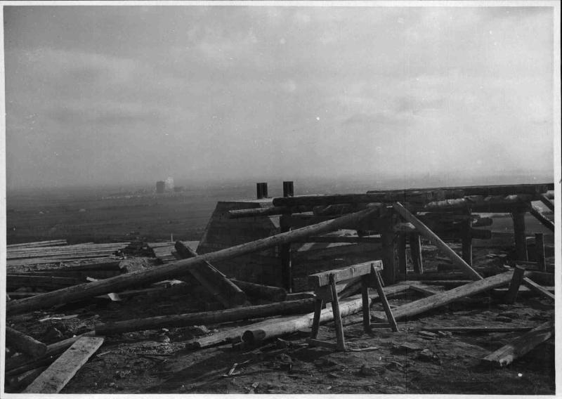 Bau des Senders Bisamberg, Blick von der Baustelle Richtung Wien, im Vordergrund Holzpfähle und Holzbretter von ORF