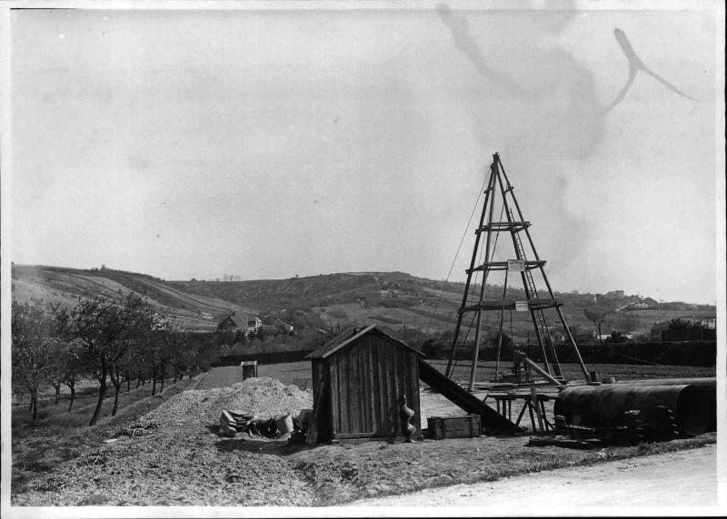 Bau des Senders Bisamberg, Bohrturm und Bauhütte, Stahlrohre von ORF