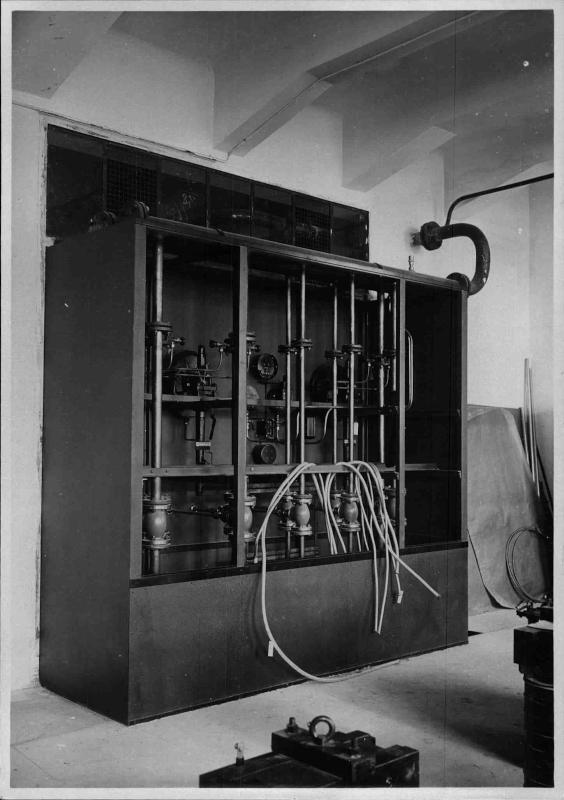 Bau des Senders Bisamberg, Einbau der technischen Geräte, Kasten mit Rohrleitungen und Kabeln von ORF