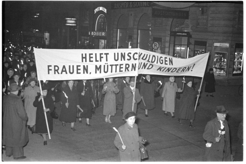 Heimkehrer-Demonstration, Transparente mit 'Helft unschuldigen Frauen, Müttern und Kindern', Marsch durch Straßen von Kern, Fritz