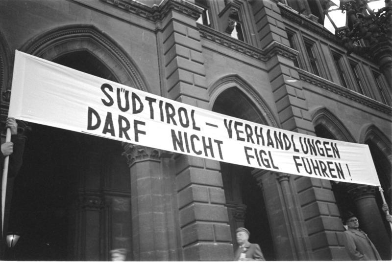 Protestkundgebung der Südtiroler in Wien, Transparent - 'Südtirol - Verhandlungen darf nicht Figl führen' von Kern, Fritz