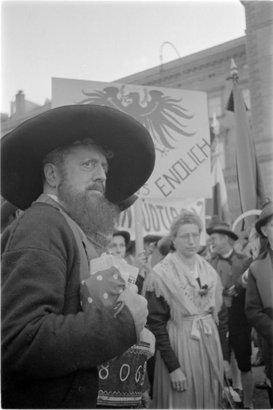 Protestkundgebung der Südtiroler in Wien, Aufmarsche Ringstraße, Menschenmenge, Mann mit großem Hut und langem Bart von Kern, Fritz