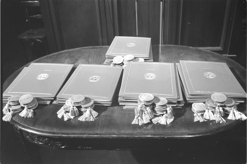 600 Jahre Universität Wien: Tisch mit Stapel für Urkunden von Kern, Fritz