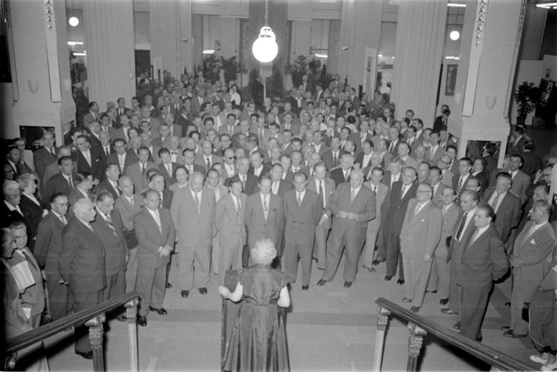 SPÖ-Parteitag 1958, Delegierte vor Podium, Rednerin von Kern, Fritz