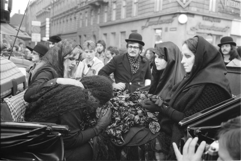 Demonstration wegen 'Arena'; Frauen in Trauerkleidung sitzen in einer Kutsche, eine Frau weint, Menschenmassen von Kern, Fritz