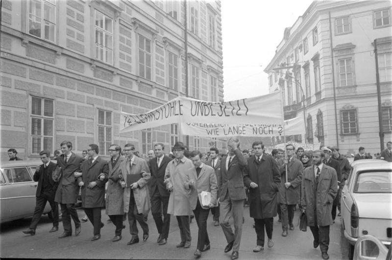 Studenten-demonstration in Wien für die Erhöhung des Kulturbudget, Zug von Universität zum Parlament, Transparente