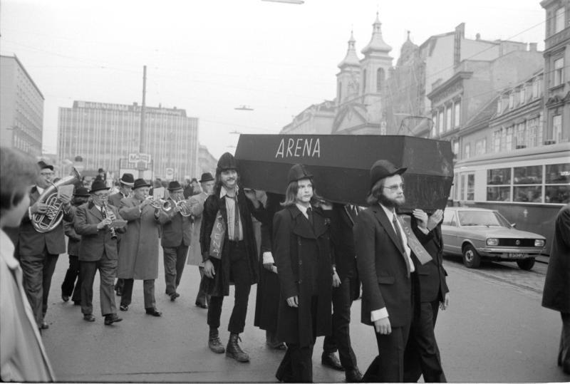 Demonstration wegen 'Arena'; Schild und Sarg mit Aufschrift 'Arena' Musikkapelle von Kern, Fritz