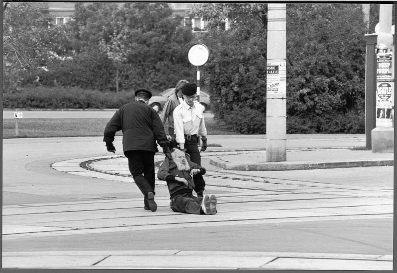 Während und nach einer Amtshandlung der Polizei am Praterstern von Weber, Harry