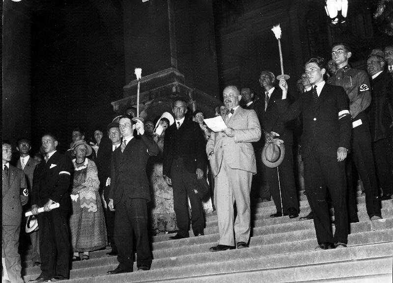 Fackelzug der Wiener Studenten vor der Universität von Hilscher, Albert