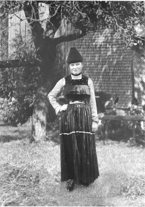 Frau in Bezauer Tracht von Österreichische Lichtbildstelle