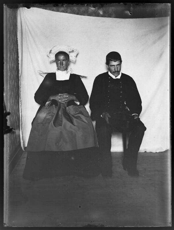 Paar in Tracht von Schmutzer, Ferdinand