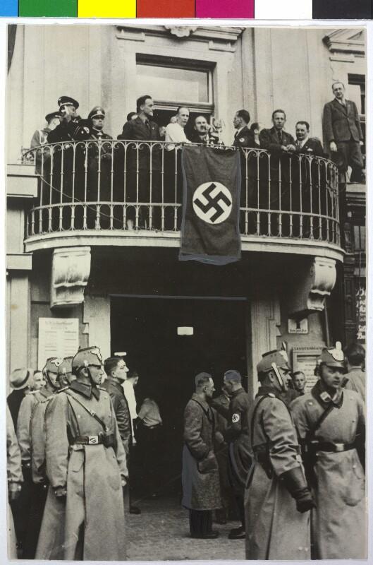 In Erwartung des Einzugs Adolf Hitlers in Linz. von Hilscher, Albert