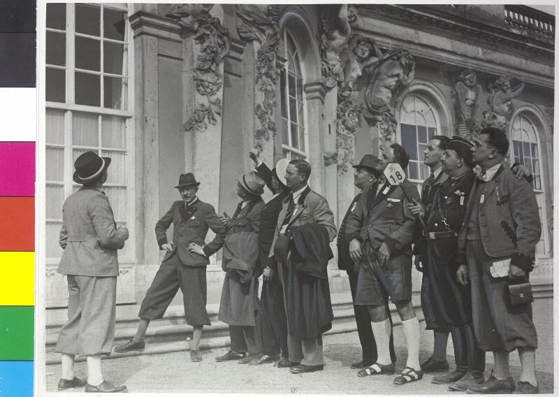 Steirische Arbeiter bei der Besichtigung des Schlosses Sanssouci. von Scherl Bilderdienst